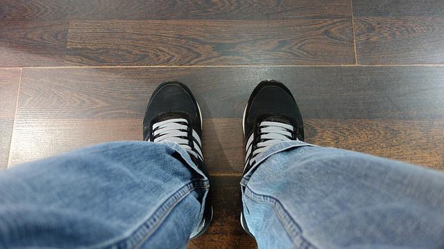 Praktyczne i stylowe podłogi postarzane