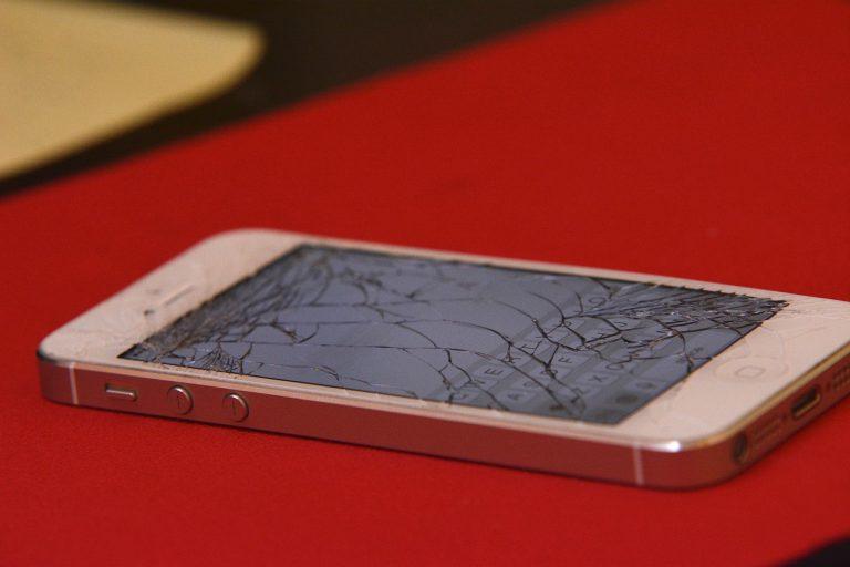 Kto nam pomoże naprawić zalany telefon?